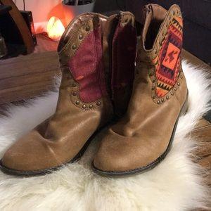 Aztec print felt and leather boots sz 9